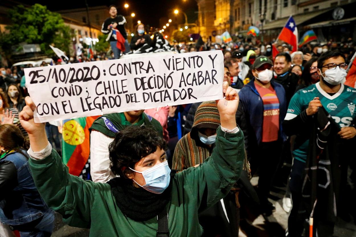 Miles de personas celebran en las calles de Valparaiso el resultado del referendum para la reforma de la Constitución de Chile. REUTERS/Rodrigo Garrido