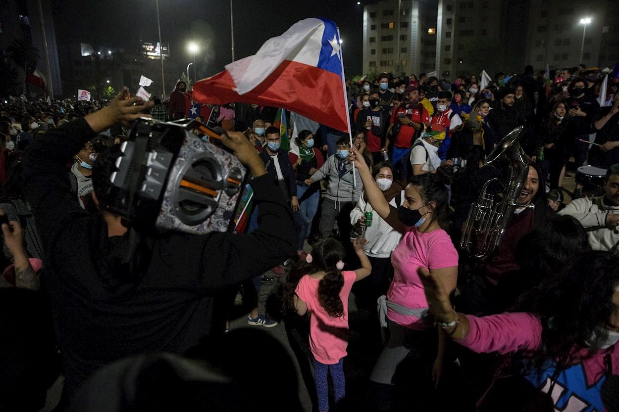 Centenares de personas celebran en Santiago los resultados del plebiscito constitucional en Chile. EFE/ Alberto Valdes