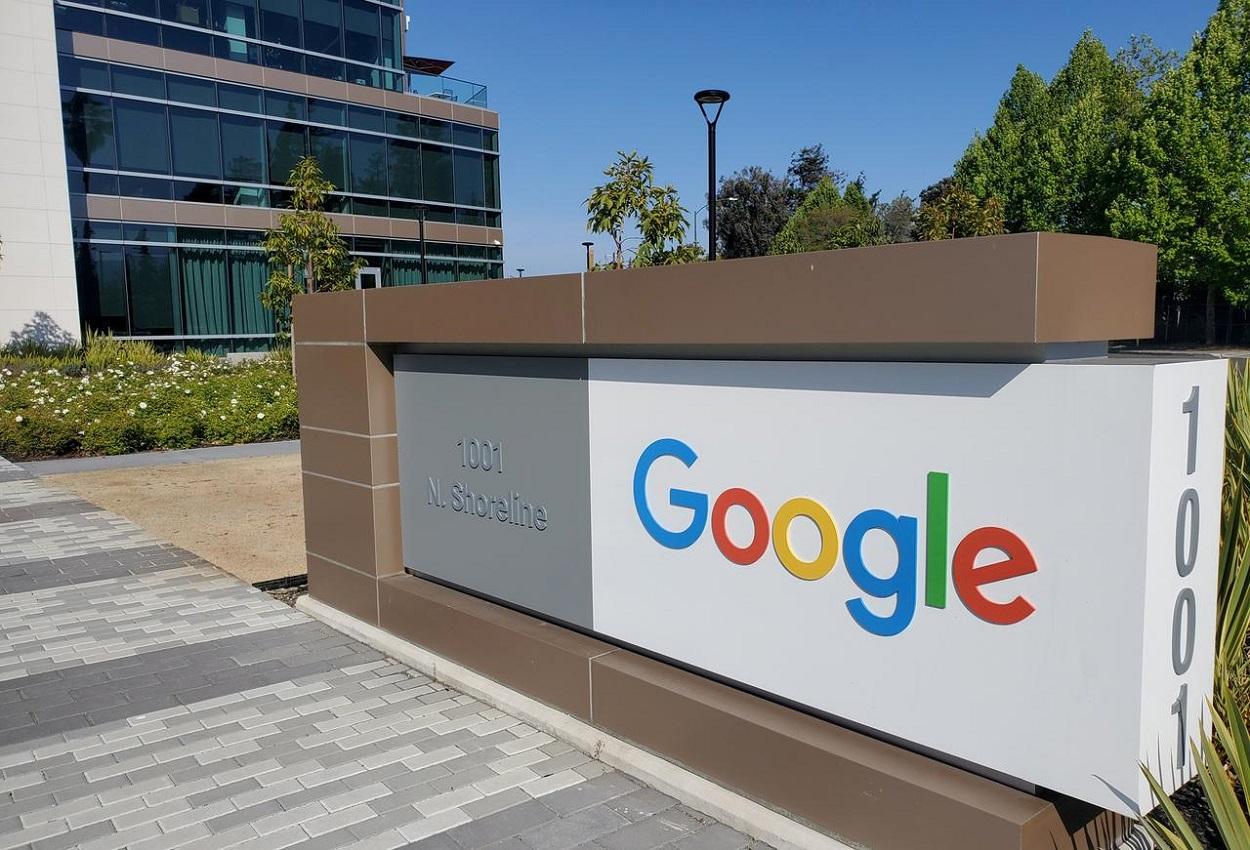 El logo de Google, en el exterior de sus oficinas en Mountain View (California, EEUU). REUTERS/Dave Paresh