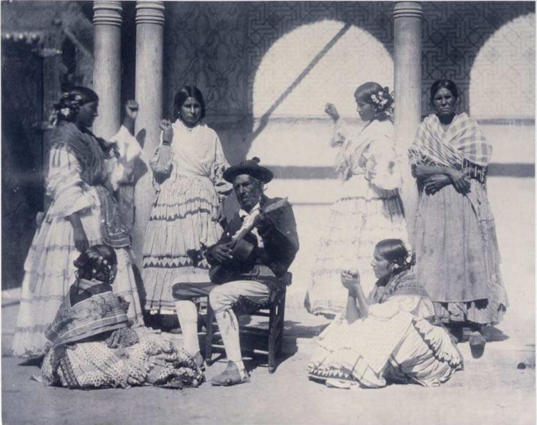 Charles Clifford fotografía a un grupo de gitanos en La Alhambra, Granada, en 1862. Fuente: BNE