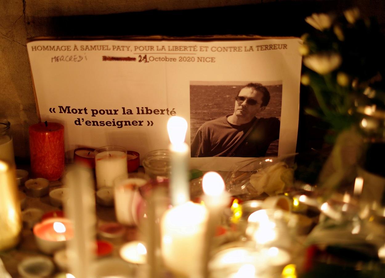 Velas en un memorial improvisado para rendir homenaje a Samuel Paty, el profesor de francés que fue decapitado en las calles del suburbio parisino de Conflans-Sainte-Honorine, en un acto de terrorismo islamista. REUTERS/Eric Gaillard