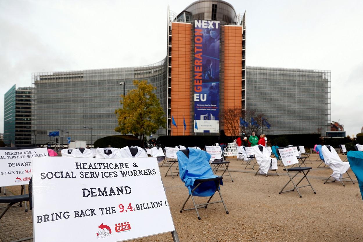 Ropa de personal sanitario y pancartas desplegadas delante de la sede de la Comisión Europea en Bruselas, en una acción de los sindicatos demandando fondos para el programa de salud de la UE. REUTERS/Francois Lenoir