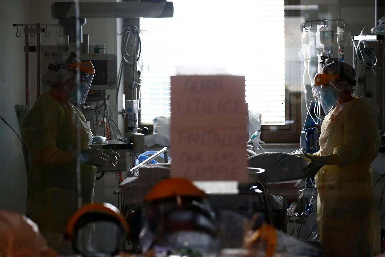Personal sanitario atiende a un enfermo de covid-19 en la UCI del Hospital Ramon y Cajal, en Madrid. REUTERS/Sergio Perez