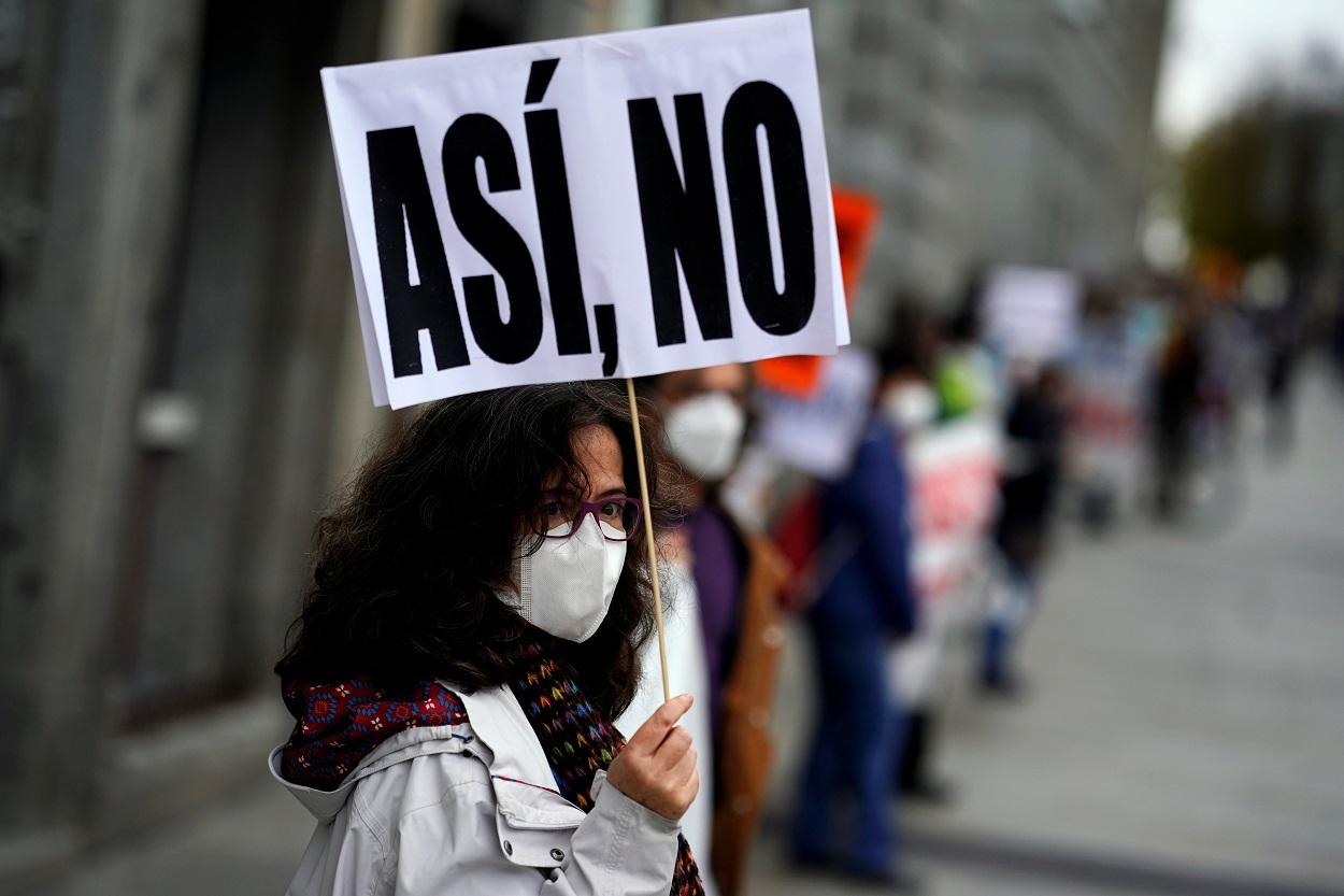 Una mujer con mascarilla en una manifestación en defensa de la sanidad pública. REUTERS/Juan Medina