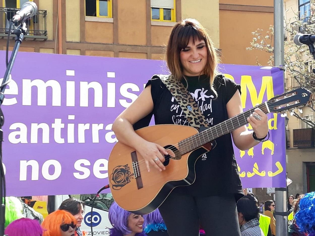 La cantante Rozalén en la plaza de Nelson Mandela durante un acto con motivo de la manifestación feminista del 8-M. E.P./Marta Fernández