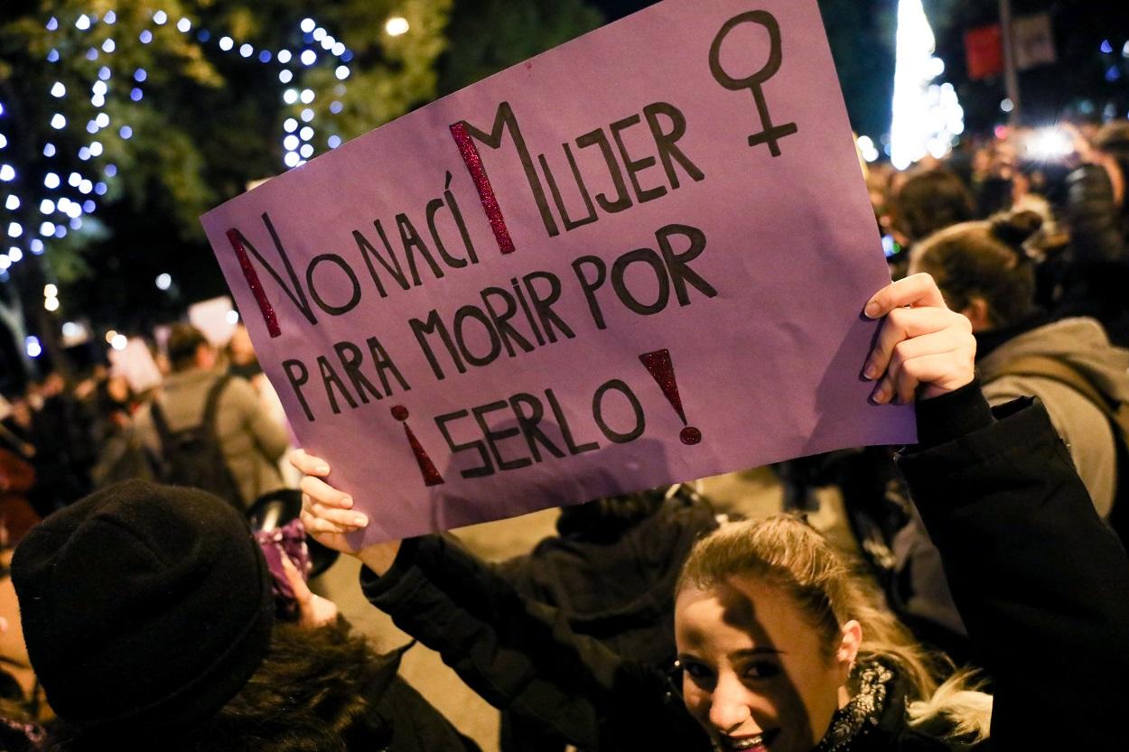 Una mujer sostiene una pancarta en la manifestación en Madrid con motivo del Día Internacional para la Eliminación de la Violencia contra las Mujeres, en Madrid a 25 de noviembre de 2019. E.P./Jesús Hellín
