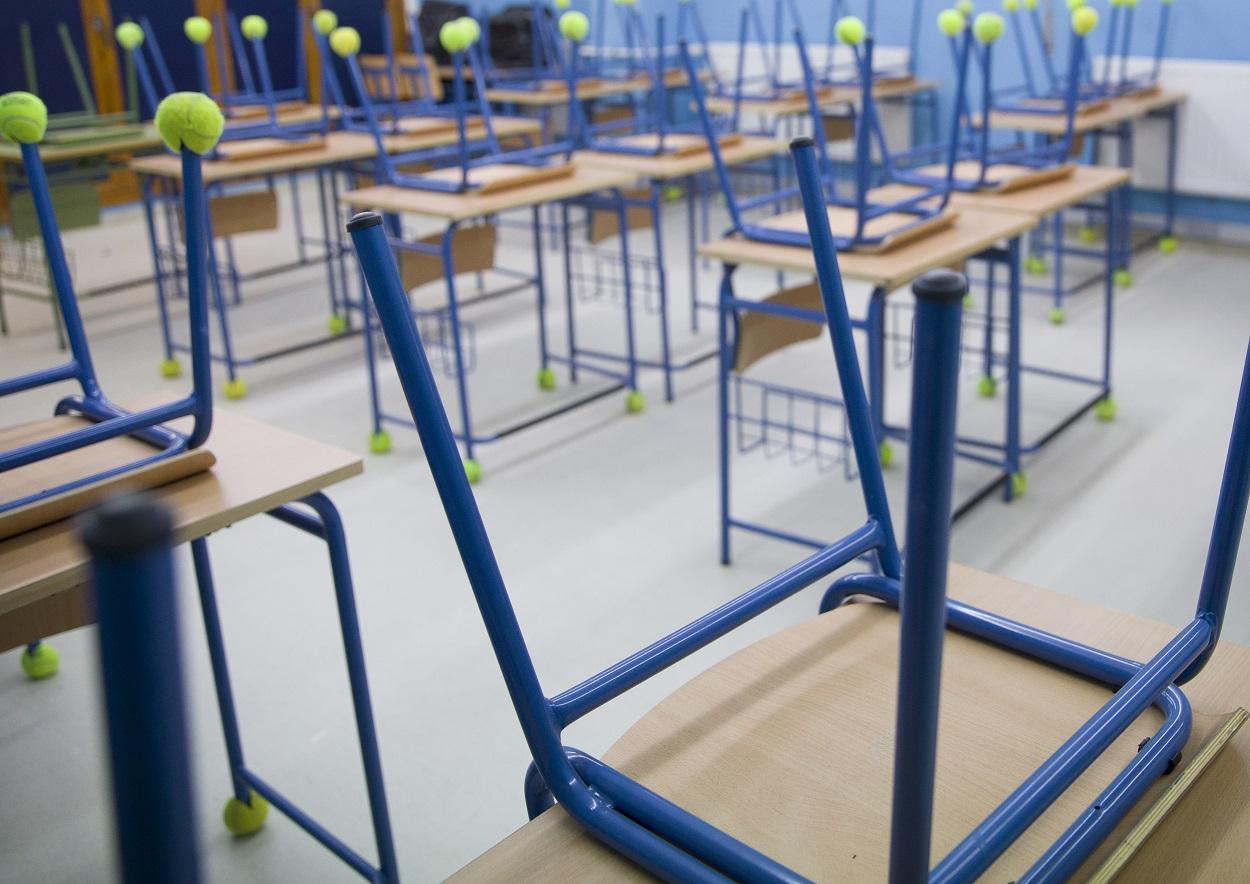 Pupitres recogidos en el aula de un colegio público en Sevilla. EUROPA PRESS