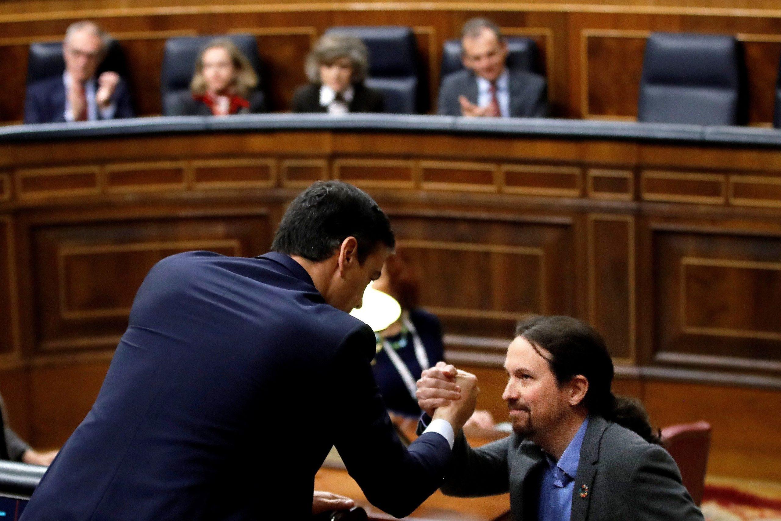 Pedro Sánchez (i) y Pablo Iglesias se dan la mano en el Congreso. EFE