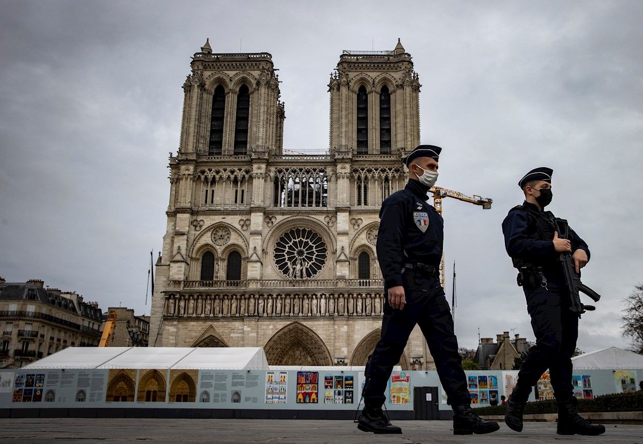 Dos policías franceses patrullan armados cerca de la Catedral de Notre-Dame, en París. EFE/EPA/IAN LANGSDON