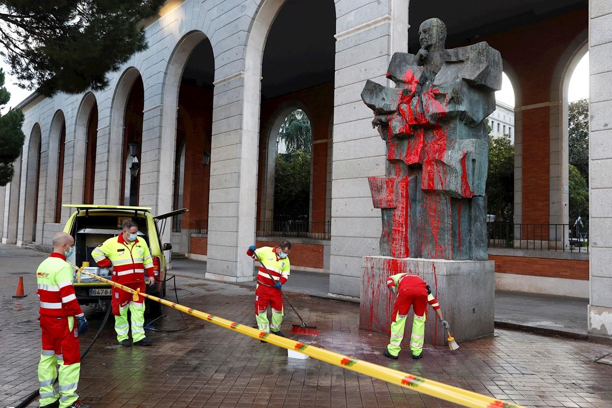 Varios operarios limpian la estatua del ministro republicanos y dirigente socialista Francisco Largo Caballero, situada en la zona de Nuevos Ministerios, que junto a la de Indalecio Prieto, han sido objeto de un nuevo ataque vandálico. EFE/ Chema Moya