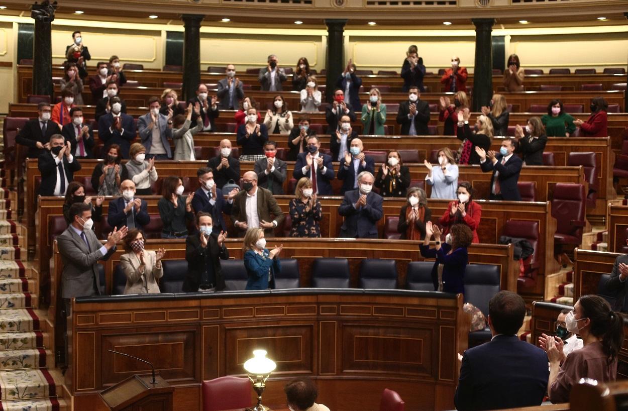 Los miembros del Gobierno y de la bancada socialista aplauden tras la aprobación de los Presupuestos Generales del Estado (PGE) en el Congreso de los Diputados. E.P./E. Parra/POOL