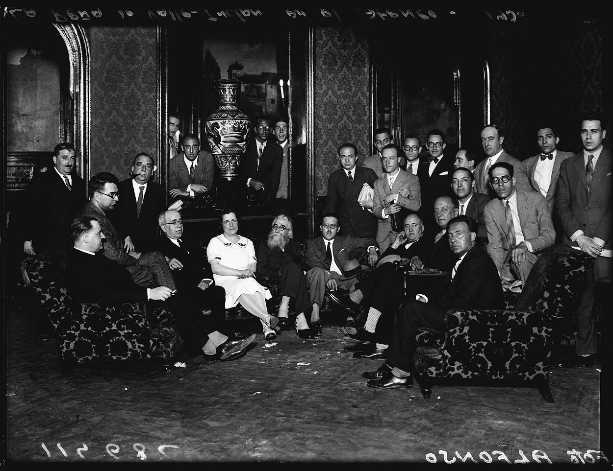 Manuel Azaña y Valle-Inclán, en la tertulia de la Cacharrería en el Ateneo de Madrid (Madrid, 1930). Ministerio de Cultura y Deporte. Archivo General de la Administración.