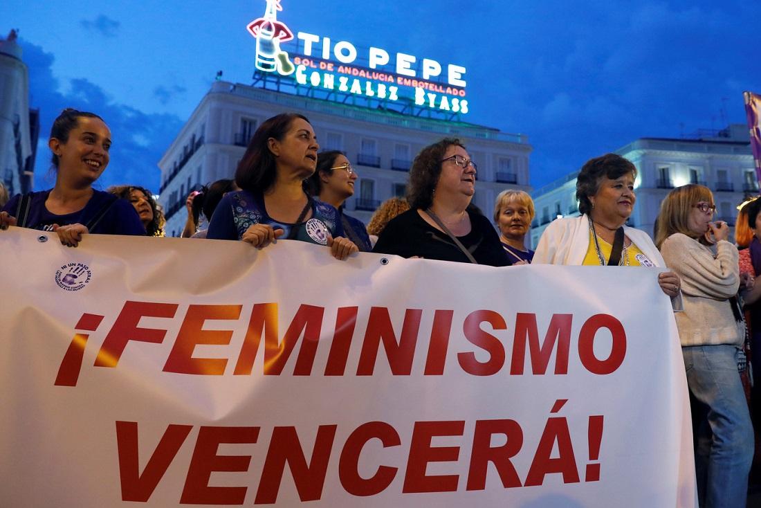 Concentración nocturna convocada por colectivos feministas en la Puerta del Sol de Madrid. EFE/Ballesteros