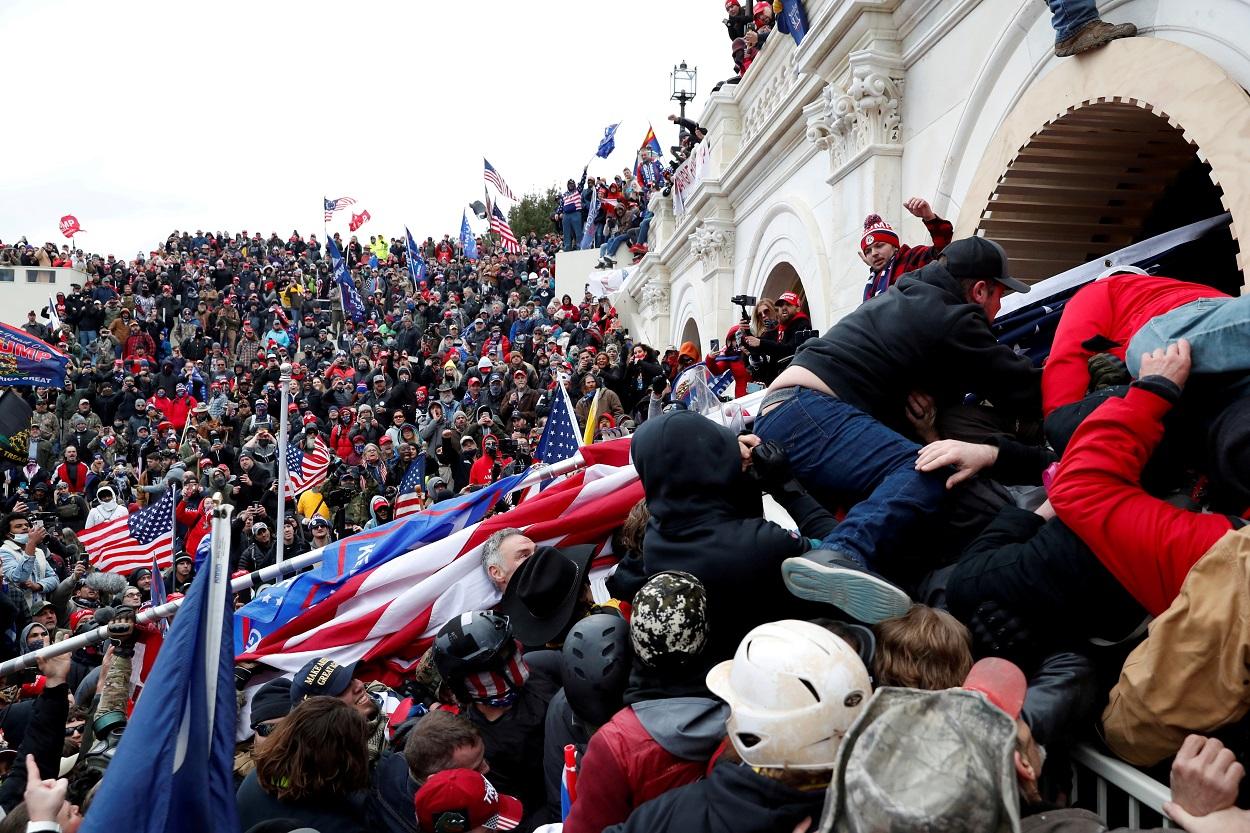 La turba de seguidores de Donald Trump, en la escalinata de acceso al edificio del Capitolio, en Washington. REUTERS/Shannon Stapleton