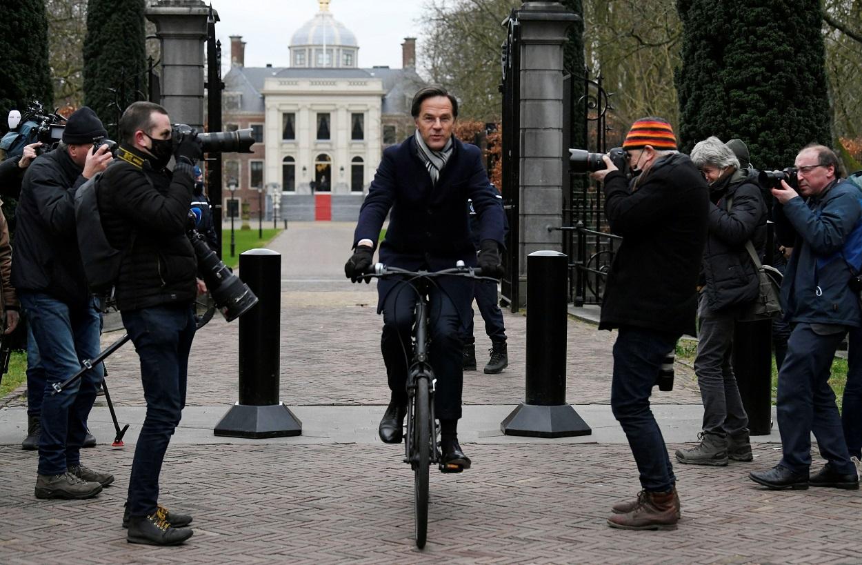 El primer ministro dimitido holandés, Mark Rutte, sale montado en bicicleta del Palacio Real, en La Haya, el pasado viernes. REUTERS/Piroschka van de Wouw