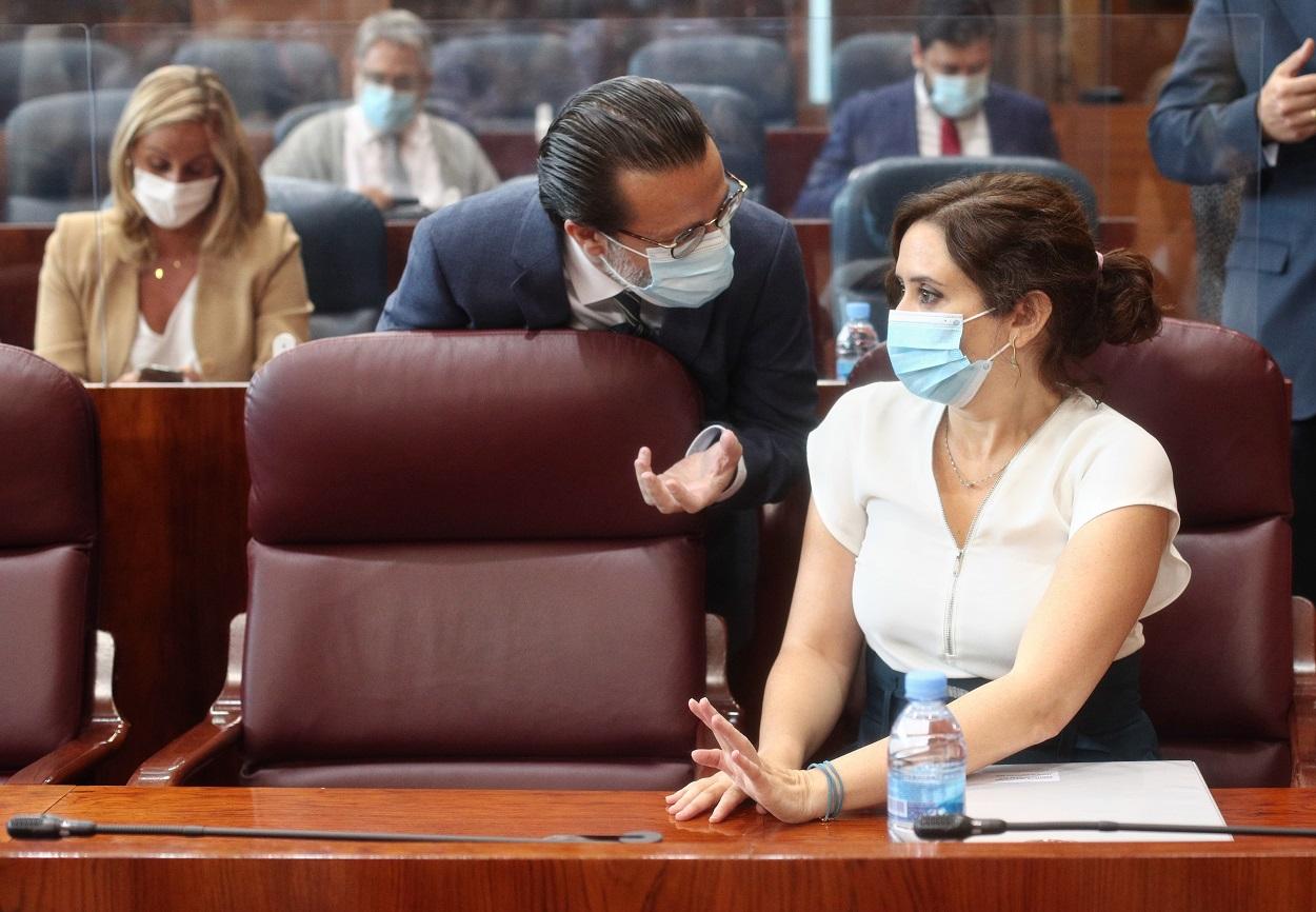 El consejero de Hacienda y Función Pública, Javier Fernández-Lasquetty, habla con la presidenta de la Comunidad de Madrid, Isabel Díaz Ayuso, en la Asamblea de Madrid. E.P./Eduardo Parra