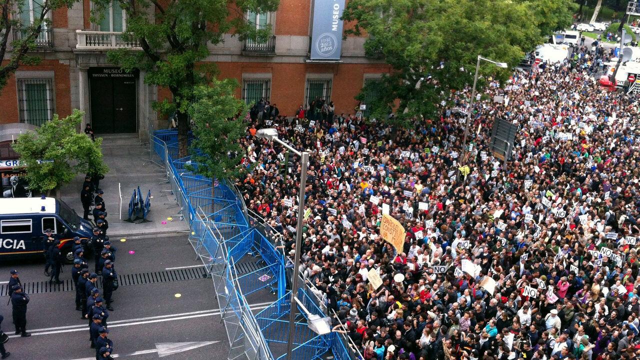 Los manifestantes concentrados delante de la barrera policial desplegada en la primera convocatoria de 'Rodea el Congreso' el 25 de septiembre de 2012. EFE