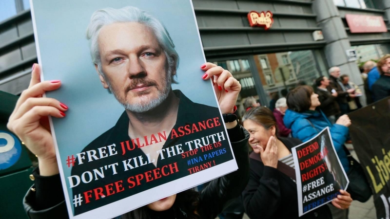 Pancartas contra la extradición de Assange a EEUU, en la verja de Woolwich Court Court en Londres. — Henry Nicholls / REUTERS