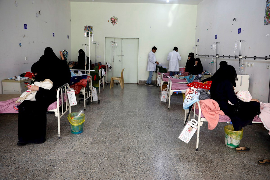 Médicos y madres yemeníes atienden a niños con problema de malnutrición en un hospital en Sanaía. - EFE