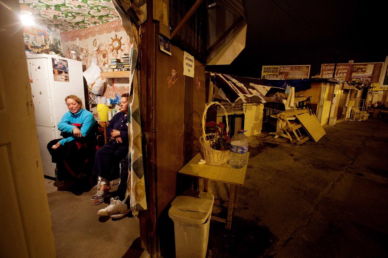 Mujeres en una chabola en Santa Cruz de Tenerife. AFP/DESIREE MARTIN