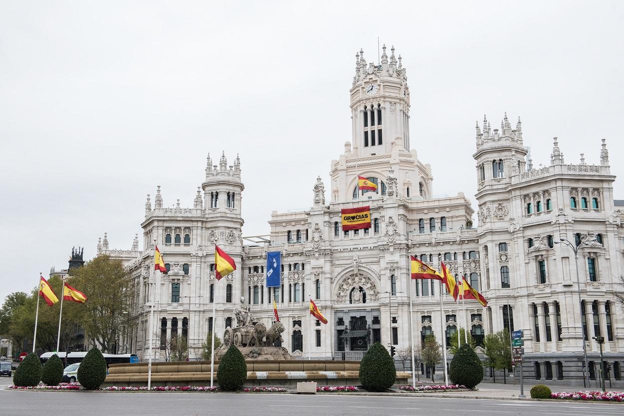 Banderas españolas en la plaza de Cibeles, junto al Ayuntamiento de Madrid. E.P./Joaquin Corchero