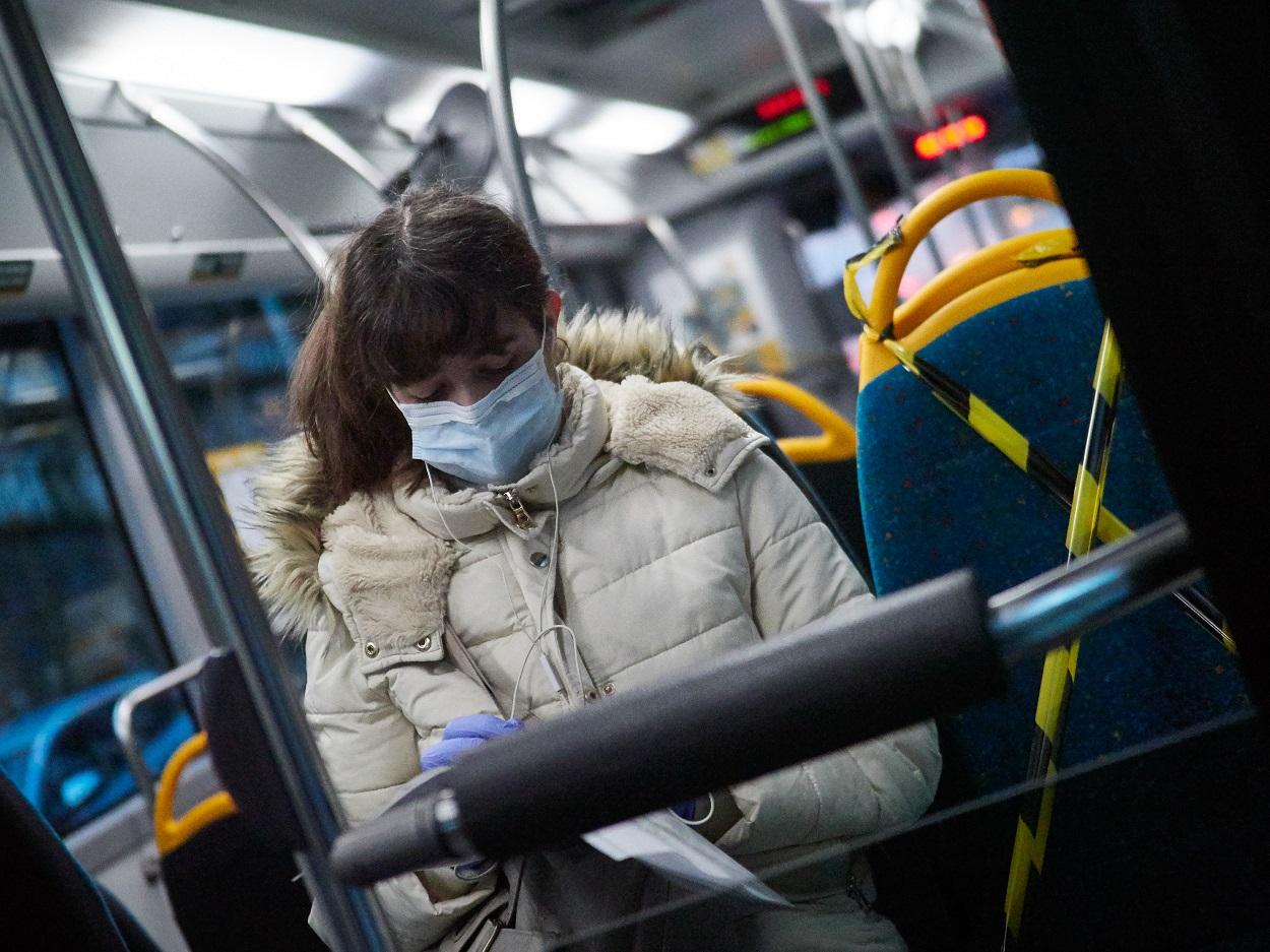 Una mujer protegida con mascarilla montada en un autobús público en Pamplona. E.P./Eduardo Sanz