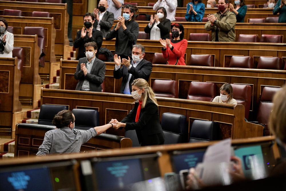 El vicepresidente segundo del Gobierno, Pablo Iglesias, se despide del Congreso con un afectuoso saludo a la ministra Yolanda Díaz, visiblemente emocionada.- DANI GAGO