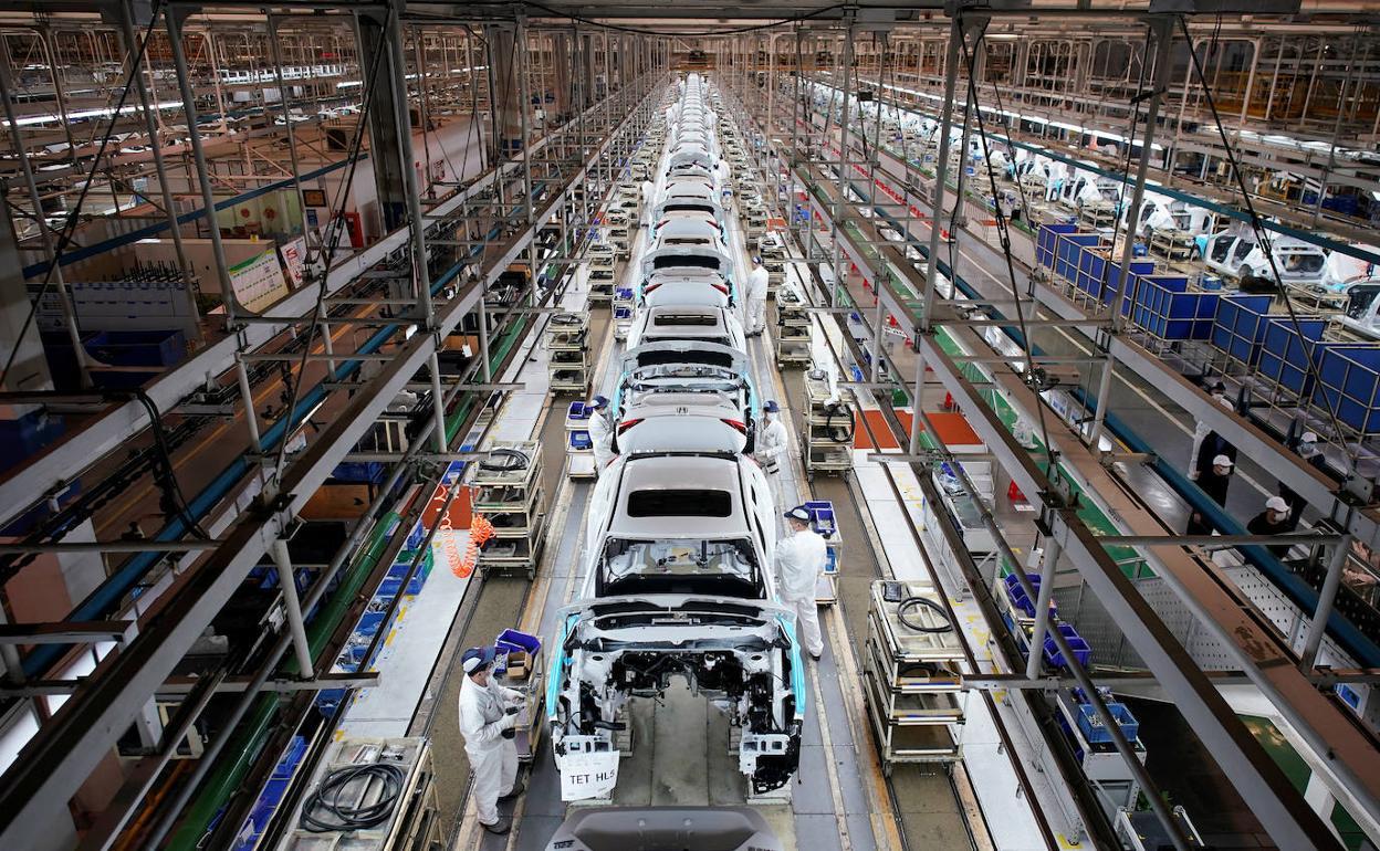 Cadena de montaje de una factoría de coches. REUTERS