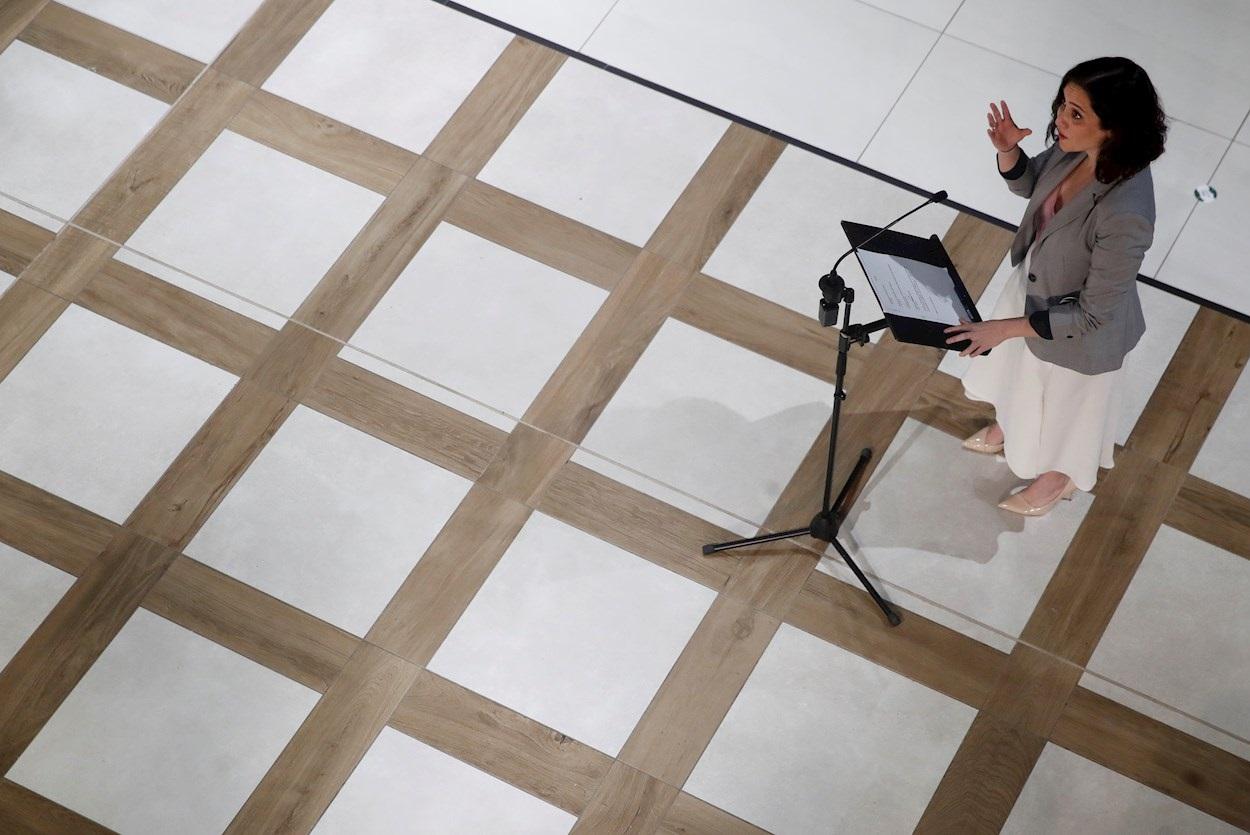 La presidenta de la Comunidad de Madrid, Isabel Díaz Ayuso, hace unas declaraciones durante su visita a la nueva zona de restauración y hostelería del centro comercial Xanadú en la localidad madrileña de Arroyomolinos. EFE/Juan Carlos Hidalgo