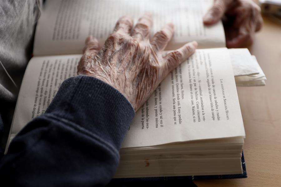 Un anciano lee un libro de una residencia. EFE/Mariscal/Archivo