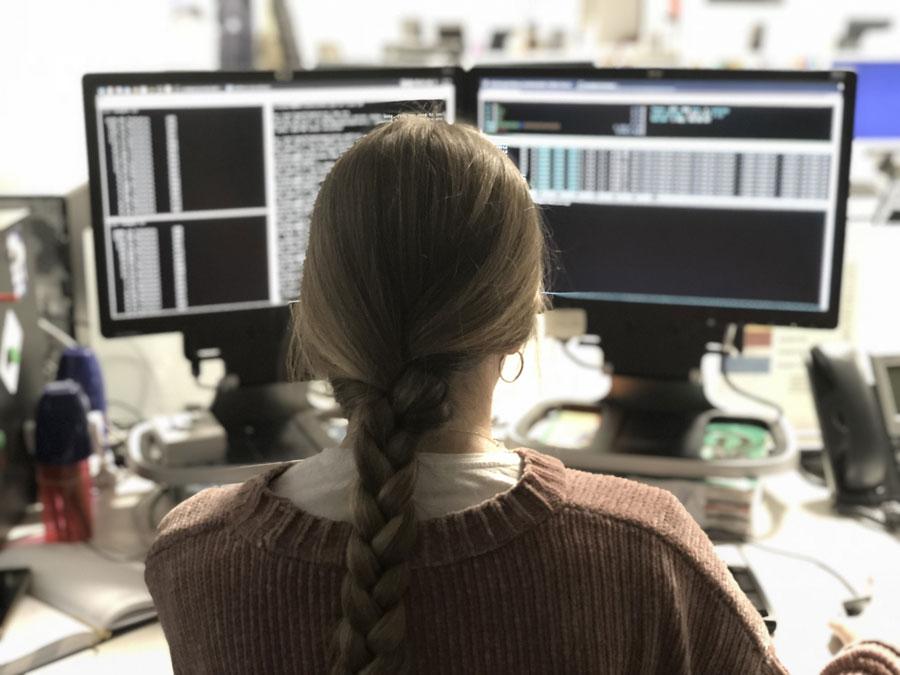 Una mujer informática trabaja frente a su ordenador. P.R.