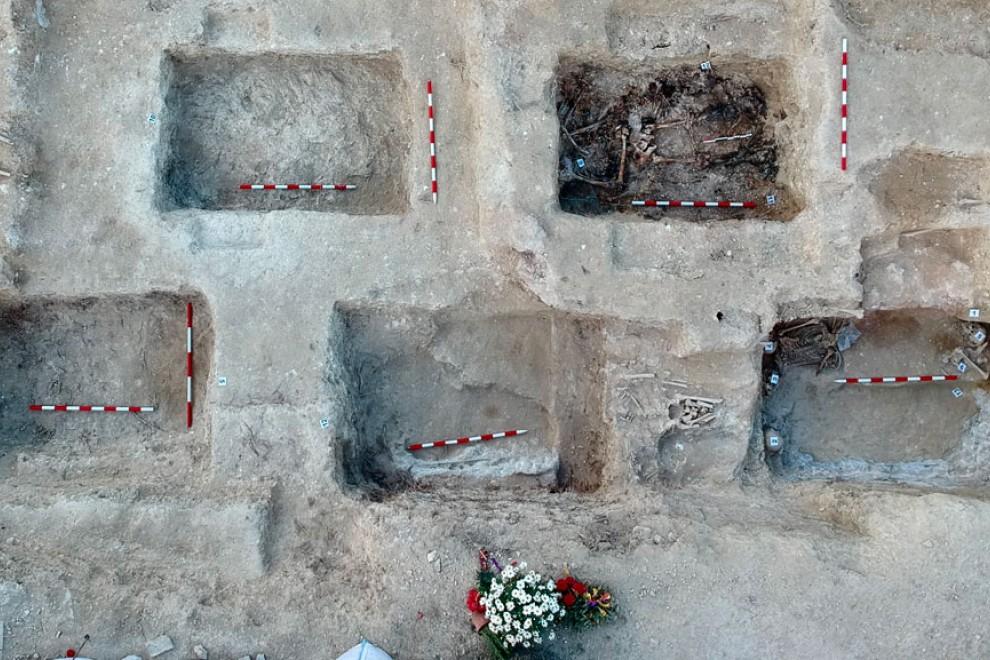 Vista aérea de las fosas encontradas en el cementerio de Porreres. — Govern de les Illes Balears