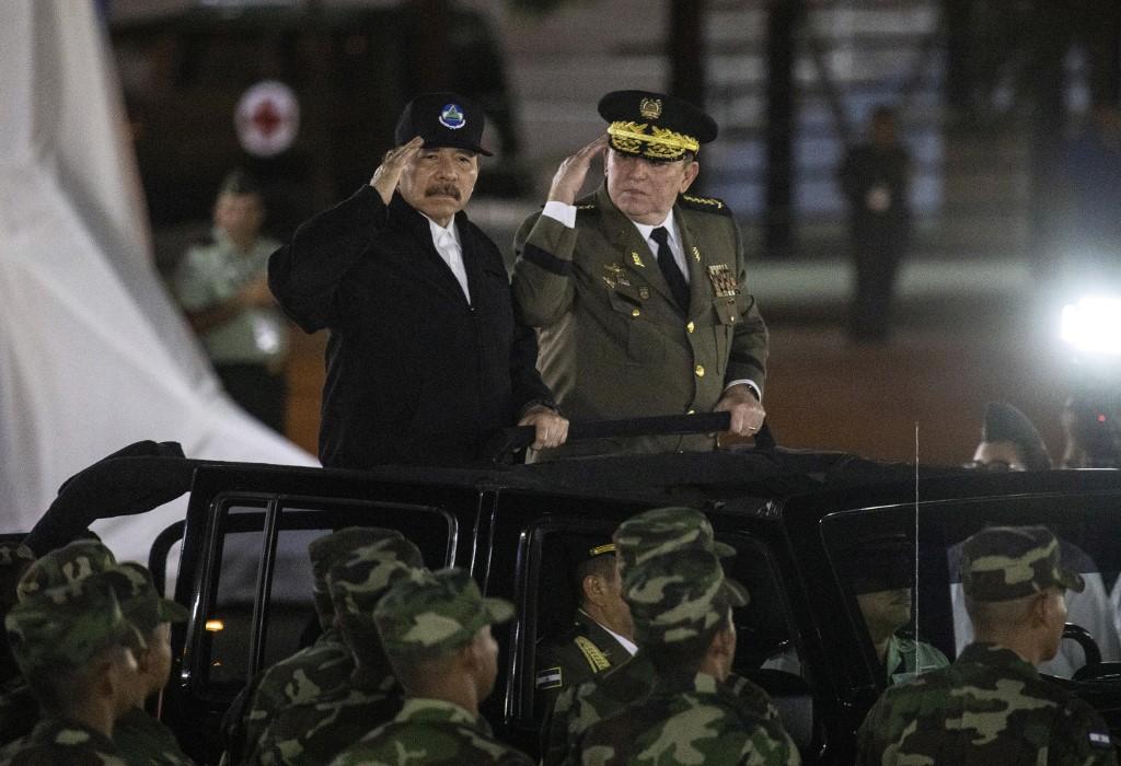 El presidente de Nicaragua, Daniel Ortega (L), y el Comandante en Jefe del Ejército de Nicaragua, General Julio Avilés (R), saludan durante una ceremonia en la que Avilés comienza su tercer mandato consecutivo como jefe del ejército en la Plaza de la Revolución en Managua, el 21 de febrero de 2020. INTI OCON / AFP