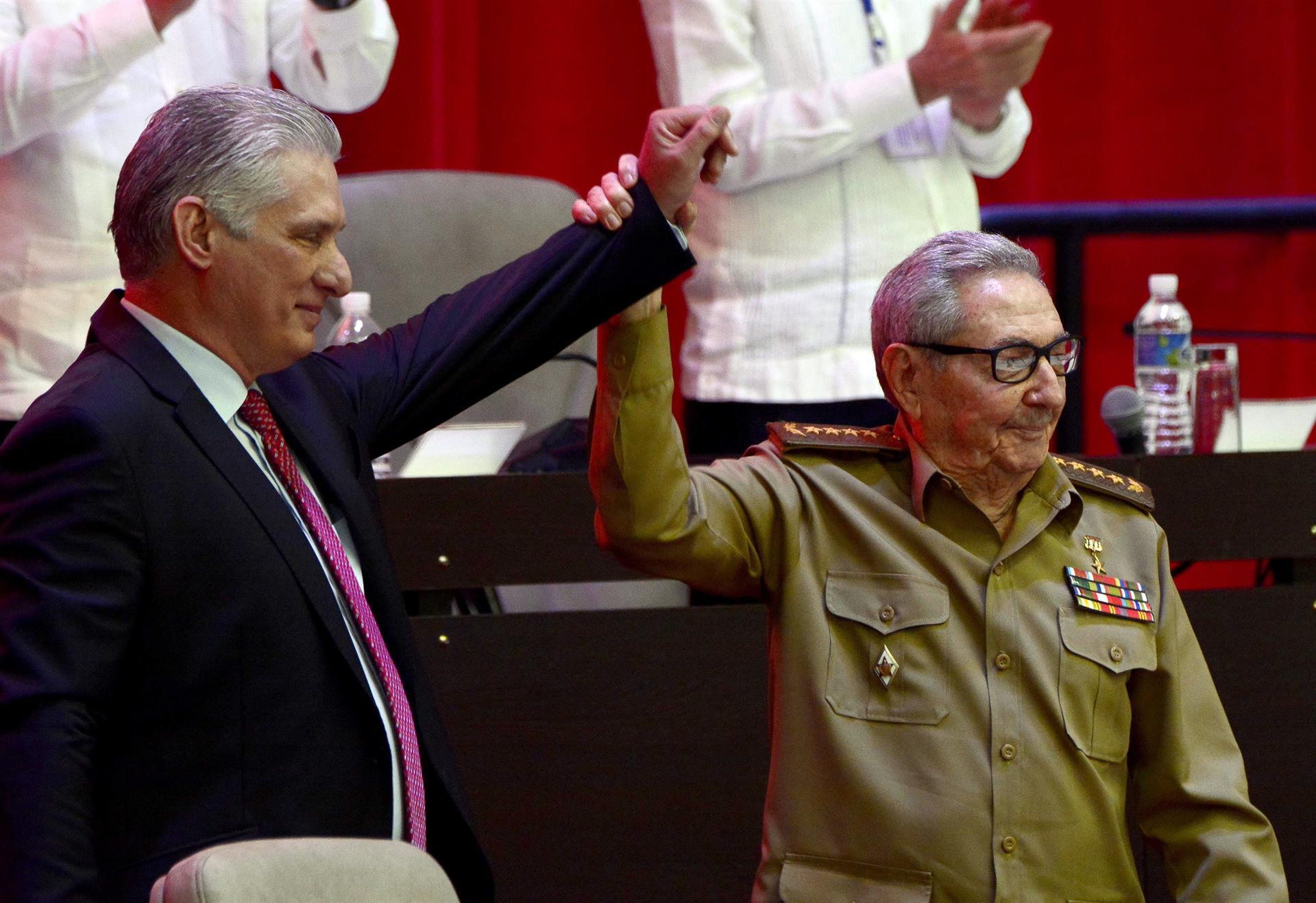Fotografía que muestra a Miguel Díaz-Canel Bermúdez (i), Presidente de la República, junto al General de Ejército Raúl Castro Ruz (d), tras su elección como Primer Secretario del Comité Central del Partido Comunista de Cuba (CC PCC), durante la Sesión de Clausura del VIII Congreso del PCC, en el Palacio de Convenciones, en La Habana (Cuba).- EFE