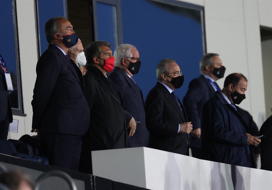 -Los presidentes del Real Madrid, Florentino Pérez (3d) y del Barcelona, Joan Laporta (3i) en el palco durante el partido de LaLiga que enfrenta a sus equipos, que se disputa este sábado en el estadio Alfredo di Stéfano. EFE/Juanjo Martín