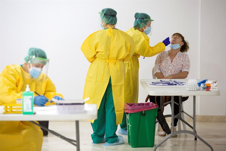 Personal sanitario realiza pruebas PCR. EFE/Daniel Pérez/Archivo