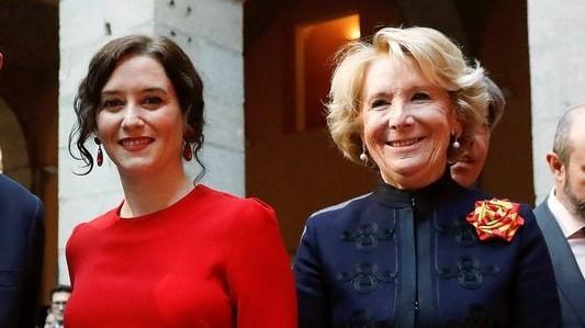 La presidenta de la Comunidad de Madrid, Isabel Díaz Ayuso (i), junto a su antecesora, Esperanza Aguirre.