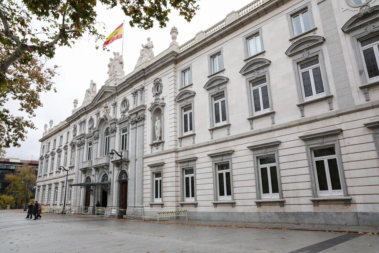 Fachada del edificio del Tribunal Supremo con la bandera española en lo alto. Europa Press