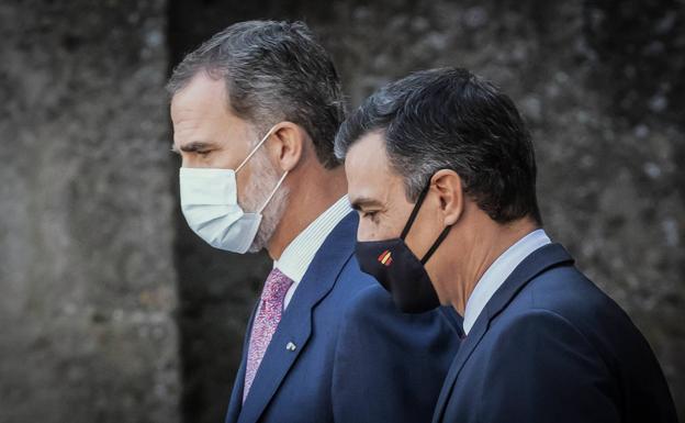 El rey Felipe VI (i) y el presidente del Gobierno, Pedro Sánchez.- EFE