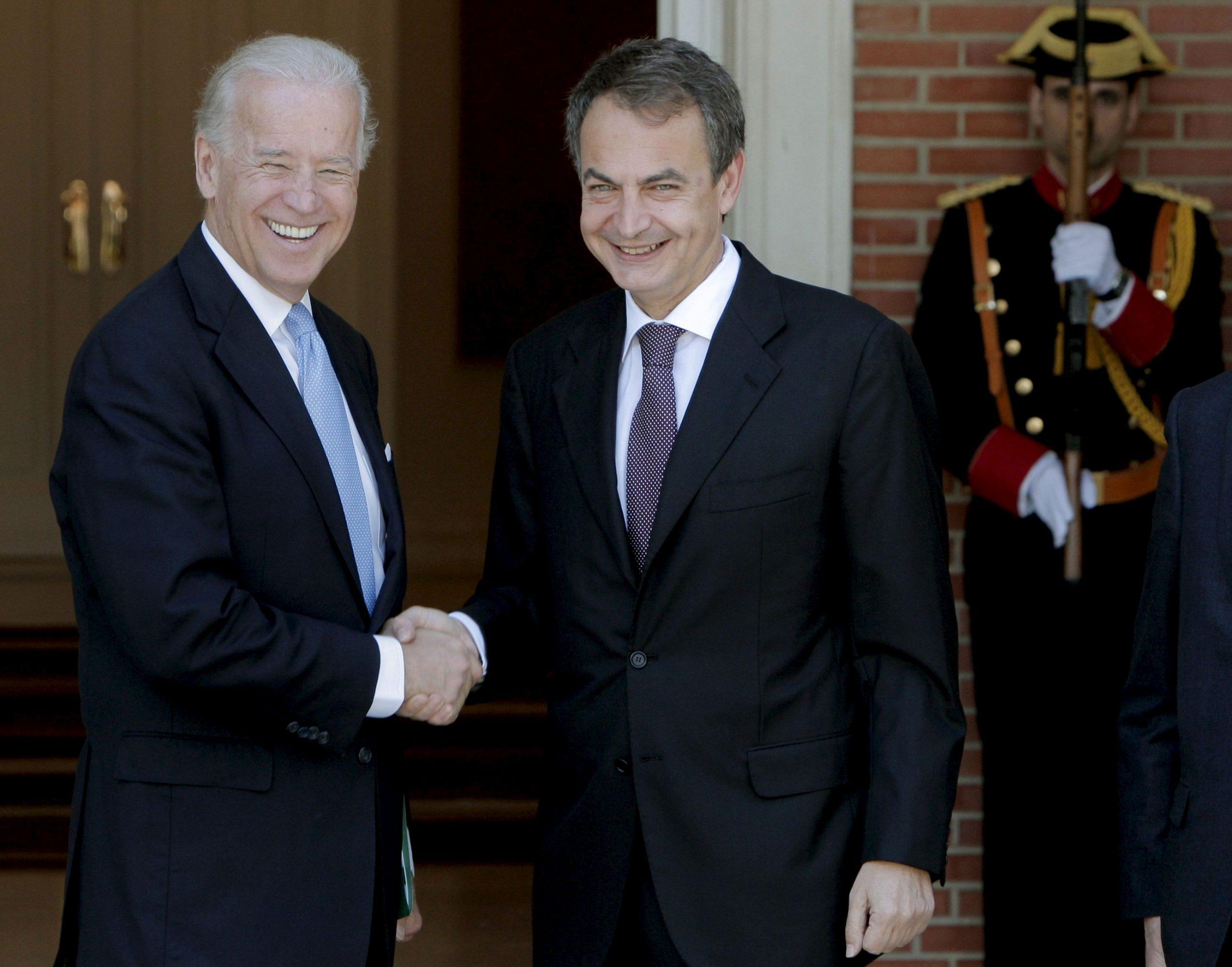 El expresidente Zapatero (d) recibe al entonces vicepresidente de EE.UU. Biden en La Moncloa, en 2010.- EFE