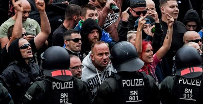 Manifestantes de extrema derecha increpan a la Policía alemana durante una manifestación el pasado verano en Chemnitz, Alemania. /EFE