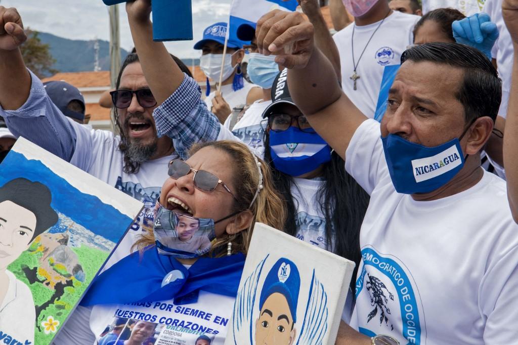 Nicaraguenses residentes en Costa Rica durante una reciente protesta contra Daniel Ortega.- AFP