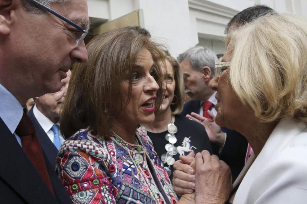 La hasta ahora alcaldesa de Madrid Ana Botella felicita, en presencia de Alberto Ruiz-Gallardón, a su sucesora Manuela Carmena, de Ahora Madrid, tras el acto de investidura.—EFE
