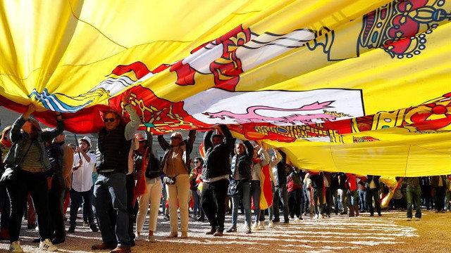 Militantes de Vox despliegan una bandera de España en la madrileña Plaza de Colón, en octubre de 2019. EFE