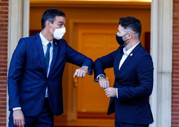 El presidente del Gobierno, Pedro Sánchez (i), recibe en La Moncloa al portavoz de ERC en el Congreso, Gabriel Rufián. EFE