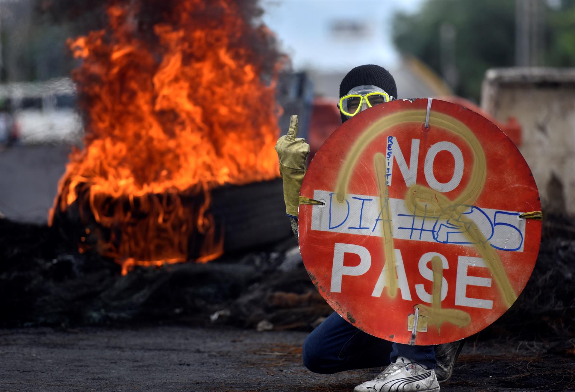 Un manifestante sostiene un aviso durante una protesta reciente en Cali (Colombia).- ERNESTO GUZMÁN / EFE