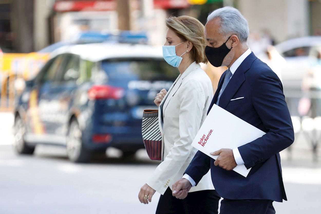 La ex secretaria general del PP María Dolores de Cospedal, a su llegada a la Audiencia Nacional acompañada de su abogado, para declarar como imputada en el caso Kitchen. EFE/ Chema Moya