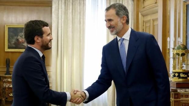 El rey Felipe VI (d) recibe a Pablo Casado en septiembre de 2020. EFE