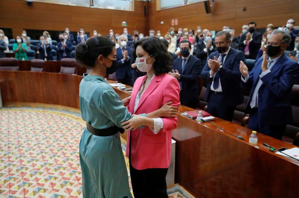 Rocío Monasterio (i), líder de Vox en la Asamblea de Madrid, felicita a la presidenta Isabel Díaz Ayuso durante la investidura de ésta. EFE