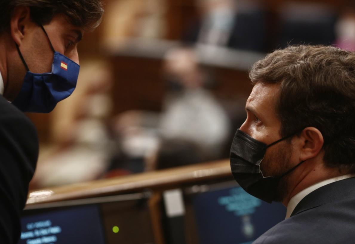 Imagen de archivo de Pablo Casado conversando con Pablo Montesinos, en el Congreso de los Diputados. - E. Parra / EUROPA PRESS